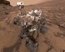 Selfie del rover Curiosity (NASA) sulla sfondo del Murray Buttes su Marte nel settembre 2016. Il rover e' atterrato nel cratere da impatto Gale nel 2012.  (credit: NASA/JPL-Caltech/MSSS)