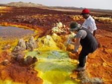 I depositi sulfurei nell'area vulcanica del Dallol (Etiopia) durante la spedizione di Europlanet 2017, alla ricerca di organismi estremofili che possono fornire informazioni utili per lo sviluppo di vita in altri pianeti. (© Barbara Cavalazzi)